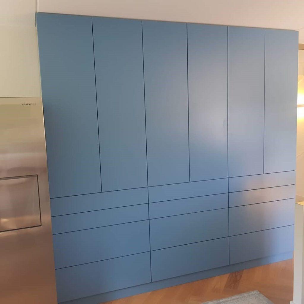 Maatwerk kast in het blauw met deuren en lades