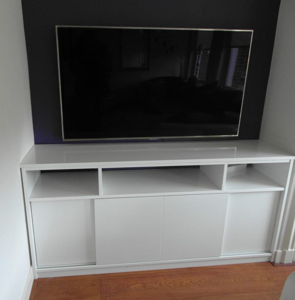TV kastje op maat gemaakt in het wit met schuifdeuren