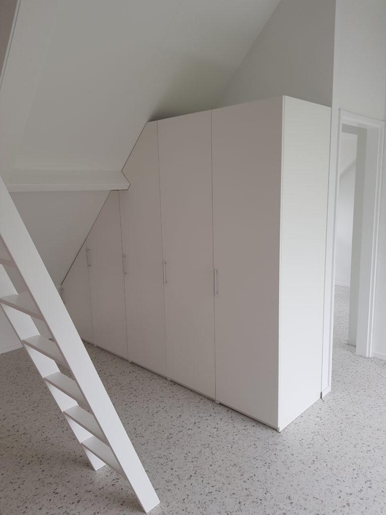 Draaideurkast onder een schuine wand met 5 deuren