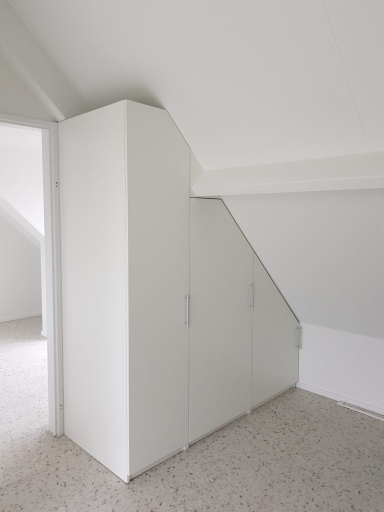 Draaideurkast onder een schuine wand met 3 deuren