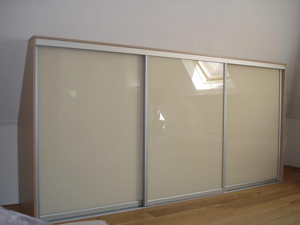 Kast onder schuine wand met beuken zijkanten en glazen deuren