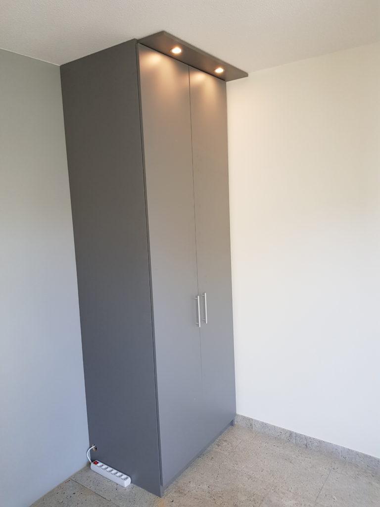 Smalle draaideurkast deuren dicht