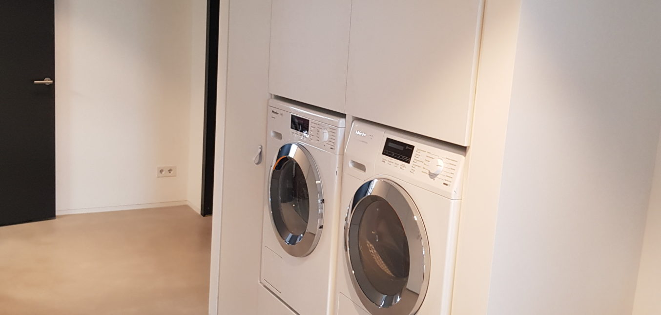 Draaideurkast om wasmachine heen