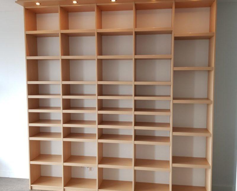 Kast voor boeken en cd's met verlichting