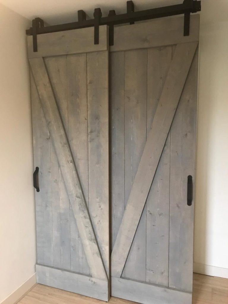 Barndeuren gemonteerd voor een kledingkast