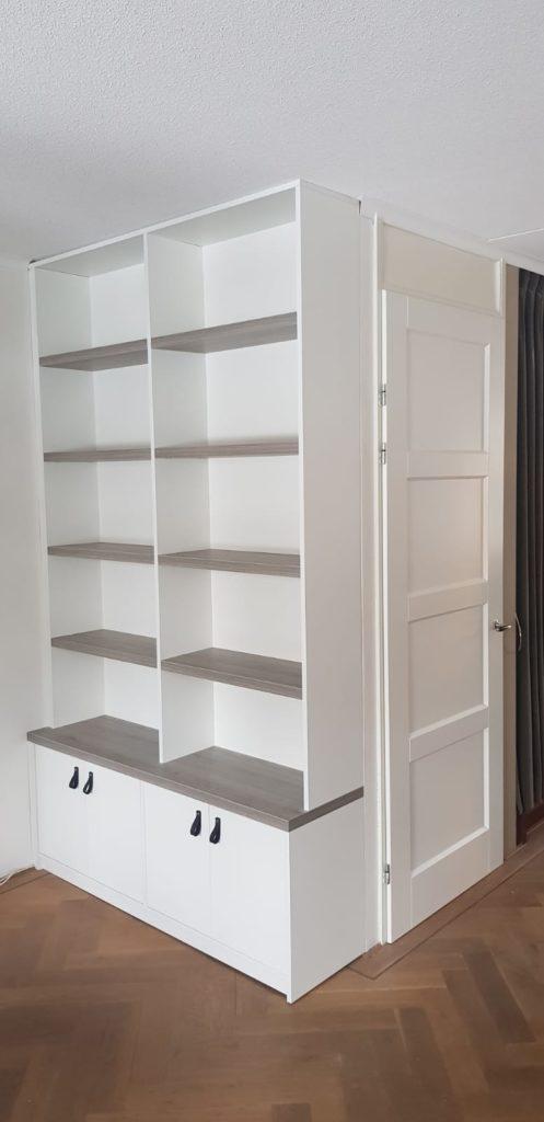 Binnendeur in combinatie met een boekenkast