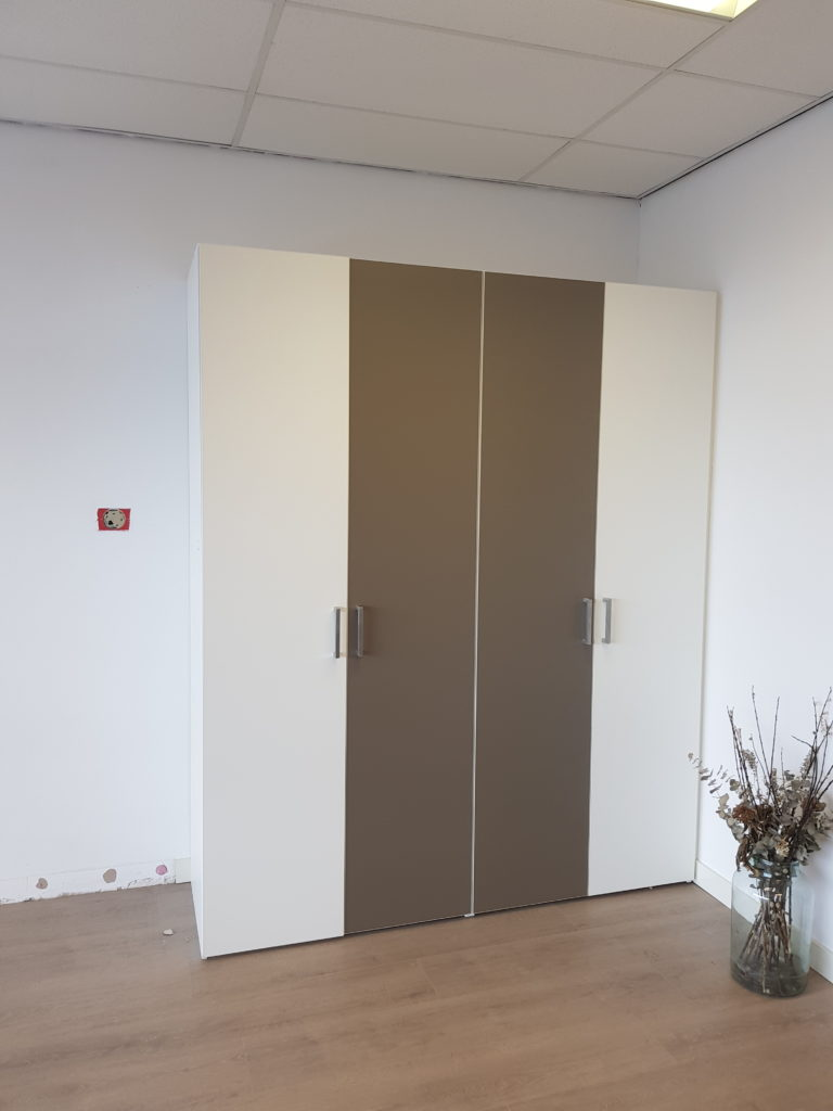 Draaideurkast voorzien van 2 sets dubbele deuren
