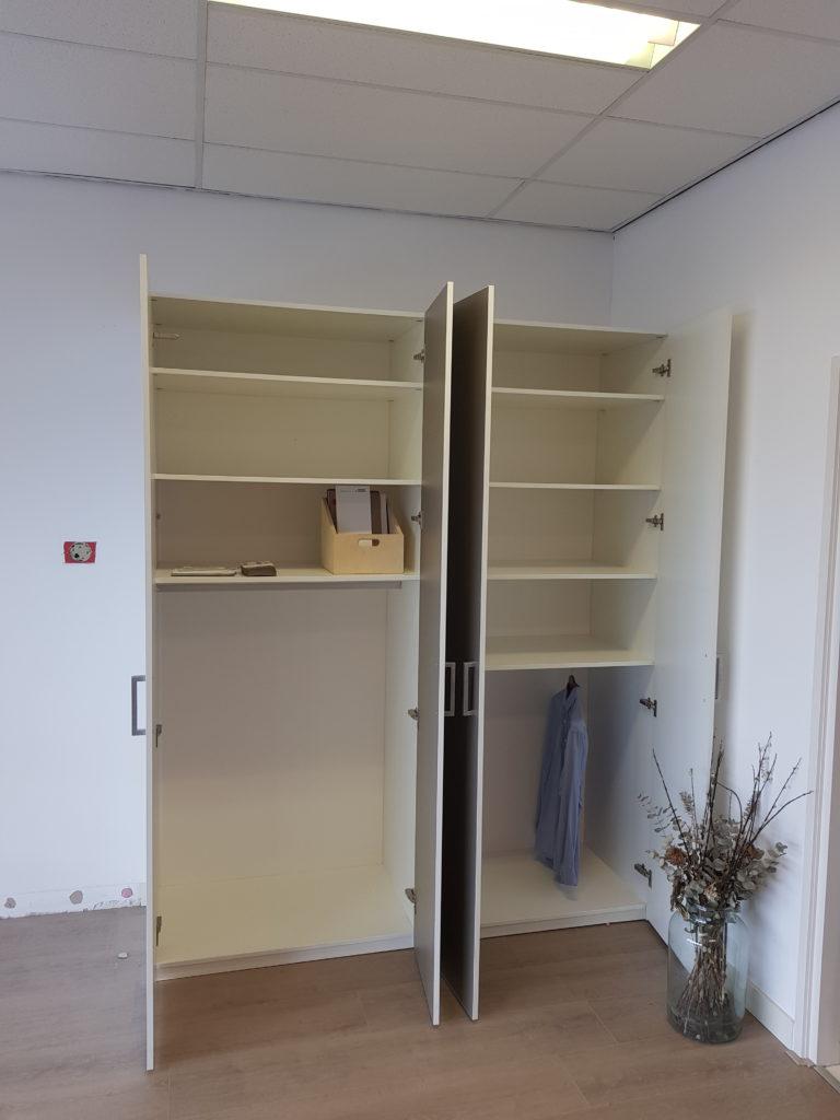 Interieur draaideurkast met 2 sets dubbele deuren