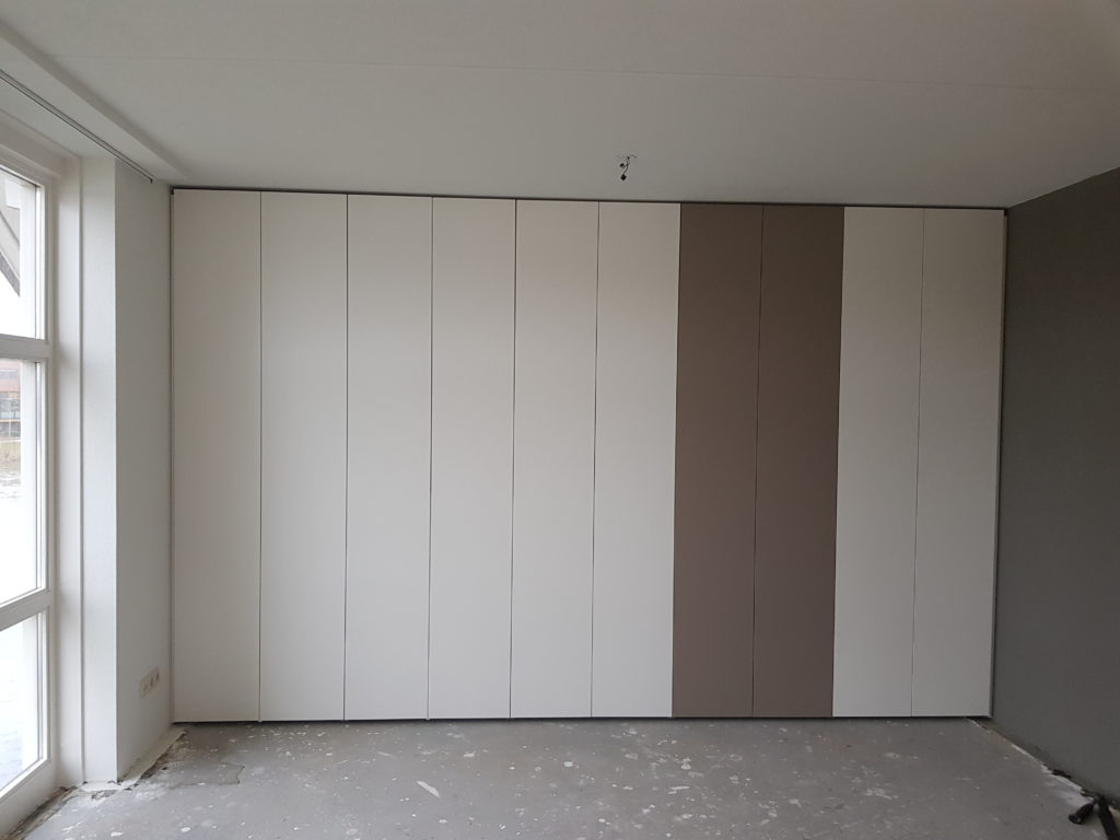 Draaideurkast push to open voorzien van 5 sets deuren