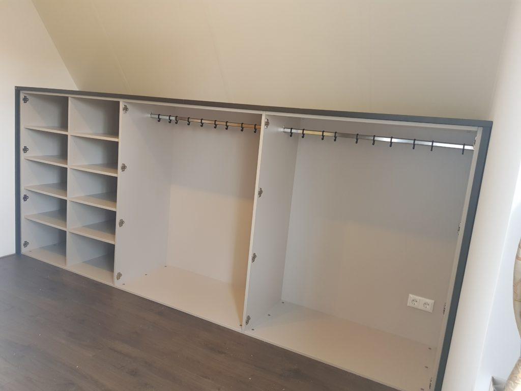 Draaideurkast onder een schuinewand met ruimte om kleding op te hangen