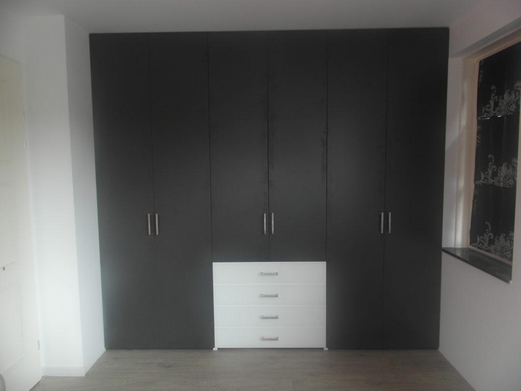 Draaideurkast met donkere deuren en witte lades