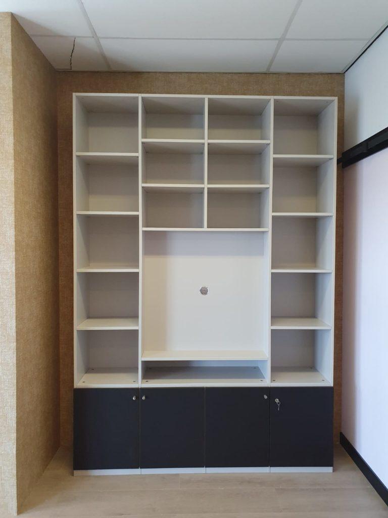 Boekenkast met ruimte voor de tv