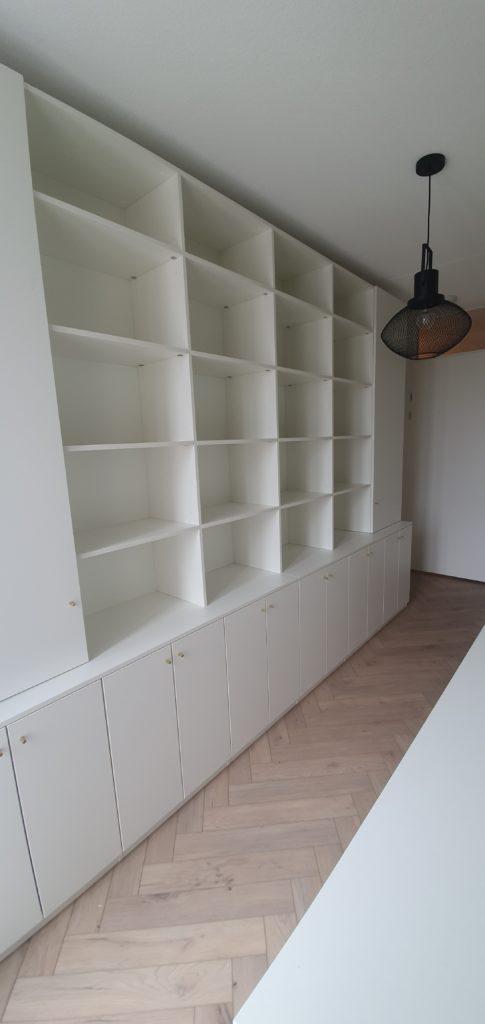 Boekenkast met open en dichte vakken