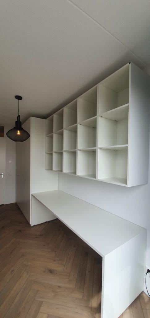 Bureau met draaideurkast en open boekenkast