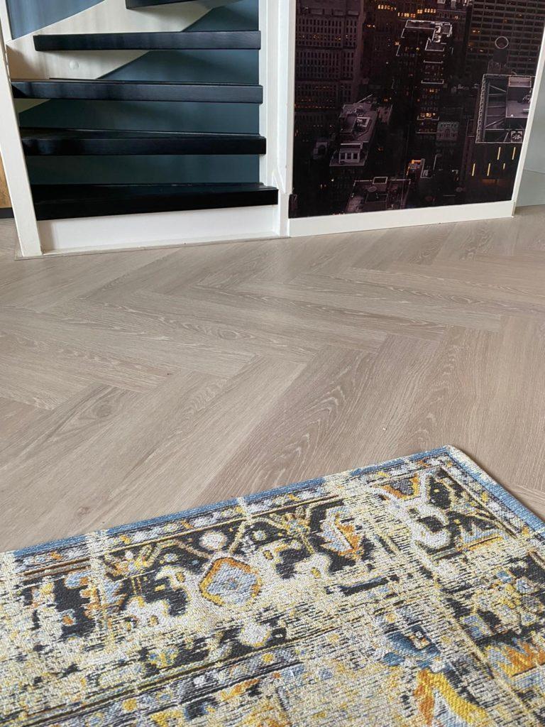 Karpet gecombineerd met een visgraat vloer van Floorify
