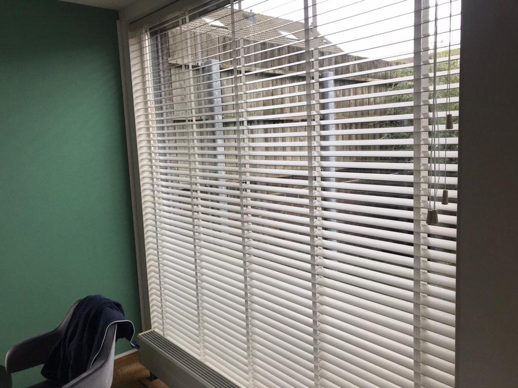 Raamdecoratie horizontale lamellen
