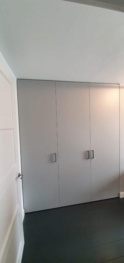 Draaideurkast grijs ingebouwd tussen 2 muren