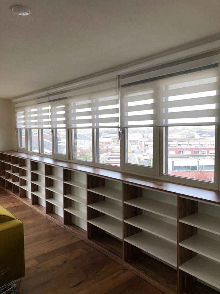 Duorol open en boekenkast in vensterbank