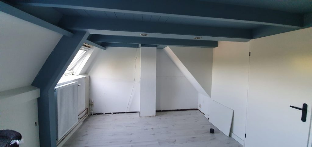 Ruimte voor het plaatsen van een kast tegen een schuine wand