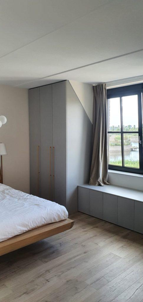 Hoekkast met bankje voor het raam parelgrijs